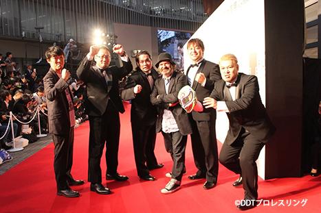 ジム・オルークが松江監督&DDTプロレスラーたちと東京国際映画祭のレッドカーペットに登場!第29回東京国際映画祭公式出品作品『俺たち文化系プロレスDDT』は11/26より劇場公開!!