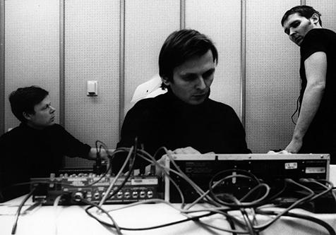 """90年代末ドイツ〜ベルリンからシカゴへの回答!先鋭的エレクトロニクス集団""""トゥ・ロココ・ロット""""が99年に発表した名盤『The Amateur View』が可能な限りのボーナストラックを収録した日本独自仕様で再発!"""