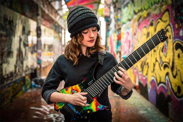 新世代ギター女神降臨!高速タッピングと美声を兼ね備えたサラ・ロングフィールド日本デビュー!