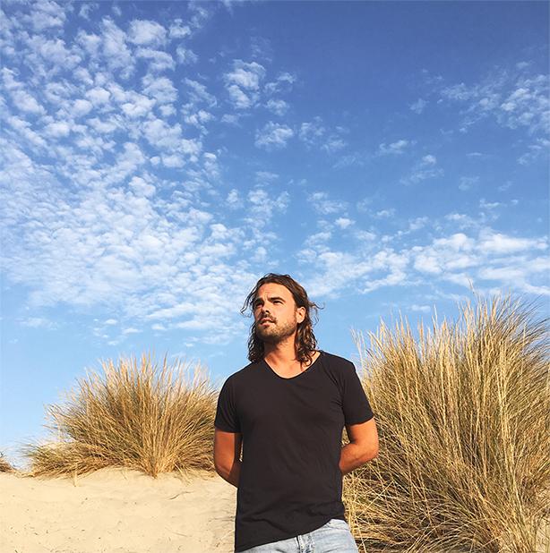 """""""フランスのネッド・ドヒニー""""ことアル・サニー、話題の2ndアルバム『Planets』から「A Million Miles Away」のライヴ映像を公開!"""