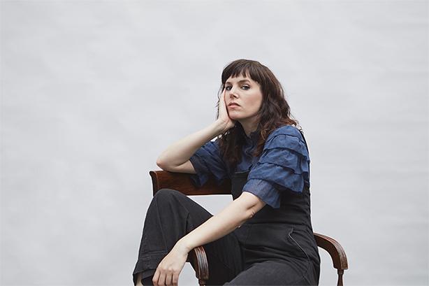 クラシックとインディ・ロックを繋げる現代UK最高の才女コンポーザー:アンナ・メレディスが「Sawbones」のMVを公開!