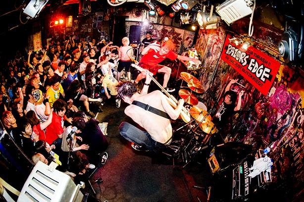 日本のスラッシュハードコアの名盤「THRASH 'EM ALL!!」から20年! ツインギターとなったRAZORS EDGEが衰えぬハイエナジーで新たに命を吹き込んだ再録盤と廃盤となっていたオリジナル盤のリマスターとの2枚組がリリース!