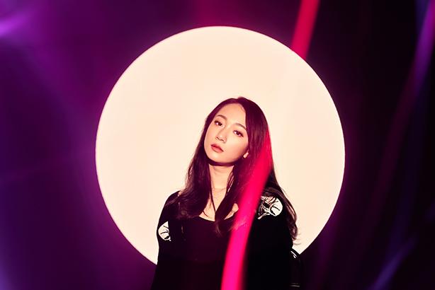 台湾を拠点に活動する新世代R&BシンガーJulia Wu(ジュリア・ウー)によるアルバム『5 pm』国内盤リリースが決定!