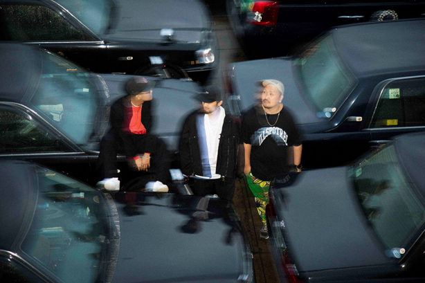"""ラッパーのBLABLAとVue du monde、ビートメイカーのm-alが結成したユニット、PACK3の来たるデビュー・アルバム『PACKQAGE』からKANDYTOWNのDIANが参加した先行曲""""Night Age pt.2""""のMVが公開!"""