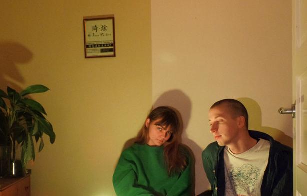 GrimesとYumi Zoumaを繋ぐオスロ発の男女ポップデュオ、Jouskaが昨年リリースしたデビューアルバム『Everything Is Good』が世界初のレコード / CD化!