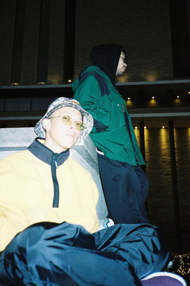 """巷をにぎわすラッパー、SILENT KILLA JOINTのビートメイカー、dhrmaとのジョイントによるデビュー・アルバム『DAWN』から""""XXL SMOOVY MOOVIN'""""の先行配信が本日より開始となり、MVも同時に公開!またアルバムの詳細も決定!"""