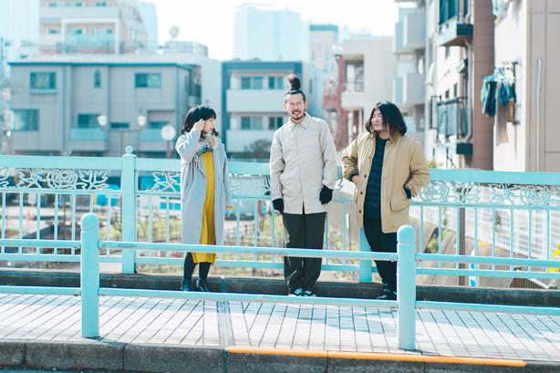 多摩美術大学出身の3人組ポップ・バンド、まん腹の2ndアルバム『都わすれ』から「おひっこし」のMVを公開!5/1(土)にはSaToAをゲストに迎えてアルバム発売記念イベントを開催!