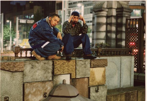 刃頭とTOKONA-Xによる伝説的なユニット、ILLMARIACHIが1997年に発表したデビュー・アルバムにして日本語ラップの金字塔『THA MASTA BLUSTA』から「博徒九十七」 と「TOKONA 2000 GT」のクラシック2曲が完全限定プレスの7インチでリリース!
