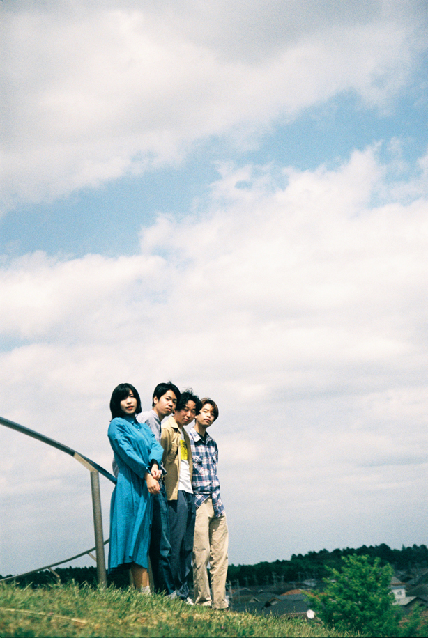 THE TREESがプロデューサーに菅原慎一(ex.シャムキャッツ)を迎えたデビューアルバム『Reading Flowers』より、冒頭を飾る「Clover」の先行配信をスタート!TOWER DOORSのメールインタビュー企画〈6つの質問〉も公開!