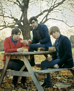 Two Door Cinema Club、NMEアワードでBest AlbumとBest New Bandの2部門にノミネート!!
