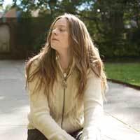 メグ・ベアードのラブリーな新作『シーズンズ・オン・アース』収録の「The Finder」のビデオが到着!制作はデーモン&ナオミのナオミ・ヤン!なんと美しい!