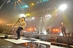 在日ファンクのめくるめくショー・タイムの魅力を余すところなくパッケージした『はじめての在日ファンク・アワー Live in SHIBUYA』(CD+DVD2枚組)、ジャケット写真、トレイラー映像etc.をズズンと公開!